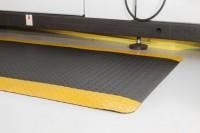 Arbeitsplatzmatte Diamond Deckplate mit gelben Rand, 900 x 6000 mm