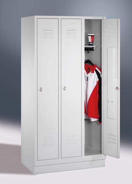 Garderoben- Stahlspinde, 3 Türen mit Sockel, Breite 1220 mm, in 3 Farben